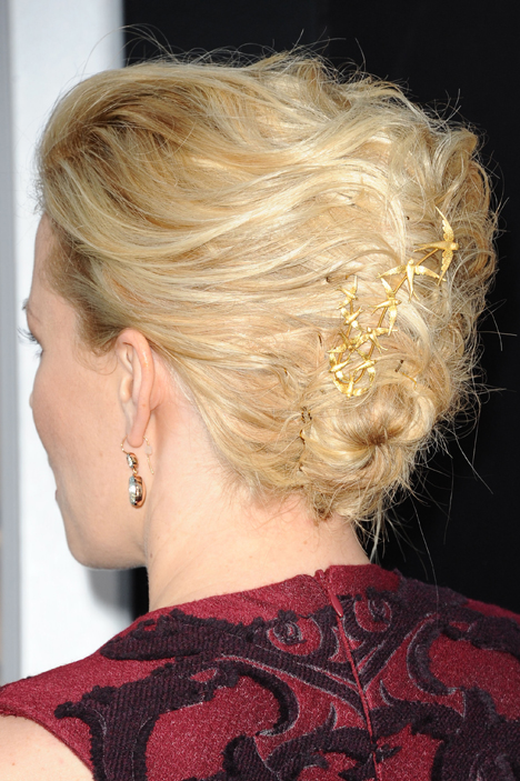 elizabeth-banks-bird-hair-accessory-2012.jpg